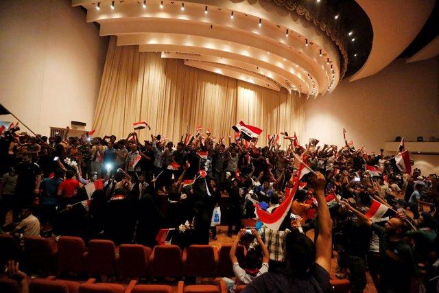 Los simpatizantes del clérigo chií Muqtada al Sadr en el Parlamento