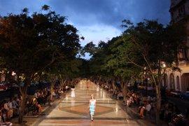 Chanel celebra un desfile de pasarela en uno de los principales paseos de La Habana