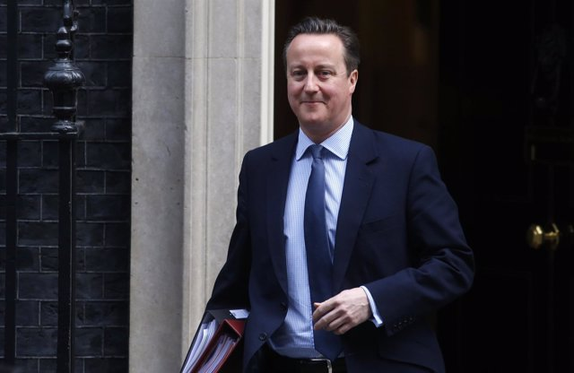 El primer ministro británico, David Cameron, sale de Downing Street