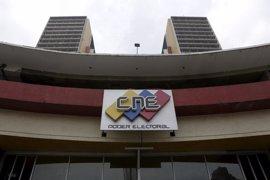 El CNE de Venezuela analiza el material entregado para el referéndum revocatorio a Maduro