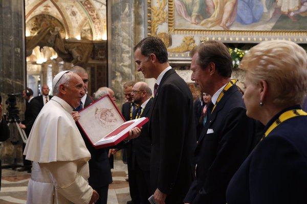 El Rey asiste a la entrega del Premio Carlomagno al Papa