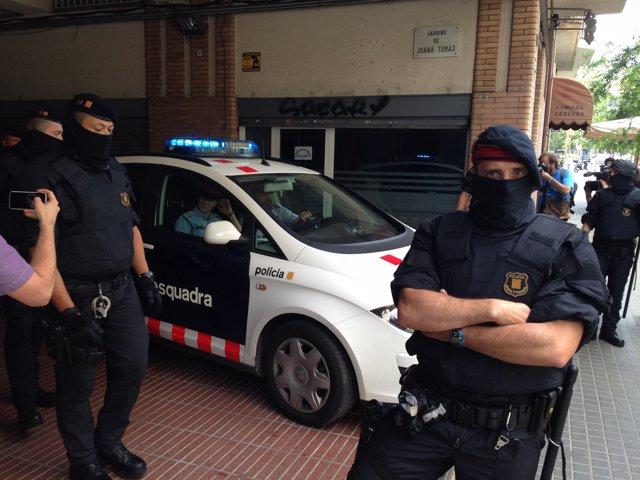Un coche patrulla de Mossos con un detenido de la operación contra Latin