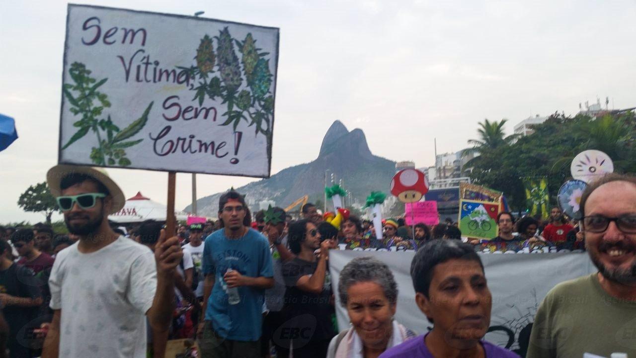 Rio de Janeiro - Ativistas caminham na orla de Ipanema de em direção ao Arpoador