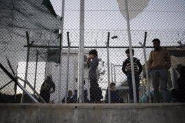 Grecia libera a refugiados de los centros de detención pero siguen atrapados en las islas