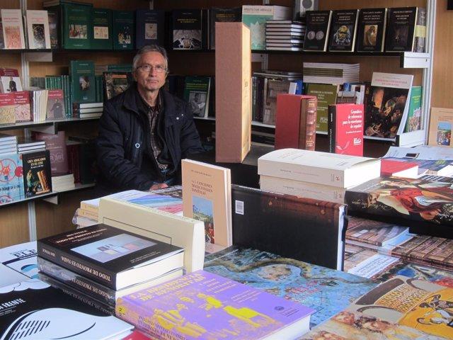 Expositor de Ediciones Universidad de Salamanca en la Feria del Libro