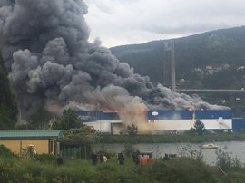 El denso humo del incendio de Fandicosta obliga a cortar el tráfico en el Puente de Rande y provoca retenciones
