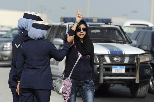 La activista bahreiní Zainab al Jawaja durante una protesta en 2012