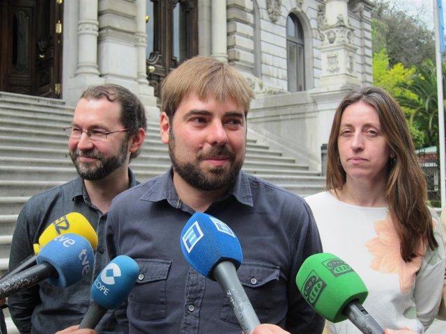 Daniel Ripa, secretario general de Podemos Asturies junto a Emilio León y L. Gil