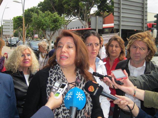 La portavoz del PP-A, Carmen Crespo, junto a miembros de Protege tus derechos