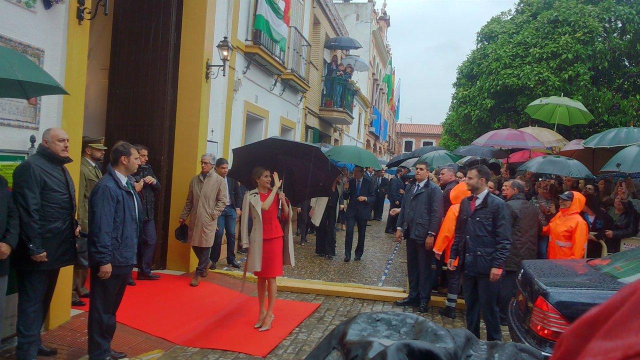 La reina Letizia saluda a los vecinos.