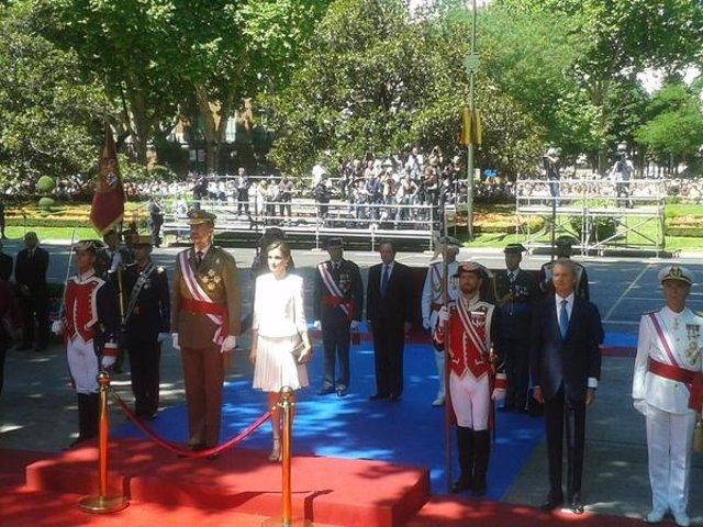El Rey, la Reina y el ministro de Defensa en el Día de las Fuerzas Armadas