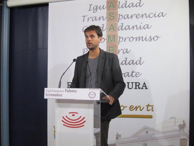 Álvaro Jaén durante la valoración del preacuerdo entre Podemos e IU