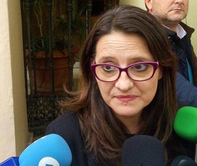 Oltra en atención a los medios en la sede del Consell en Alicante