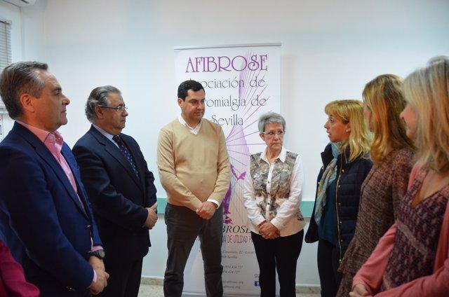 Moreno y otros dirigentes del PP visitan una asociación de fibromialgía