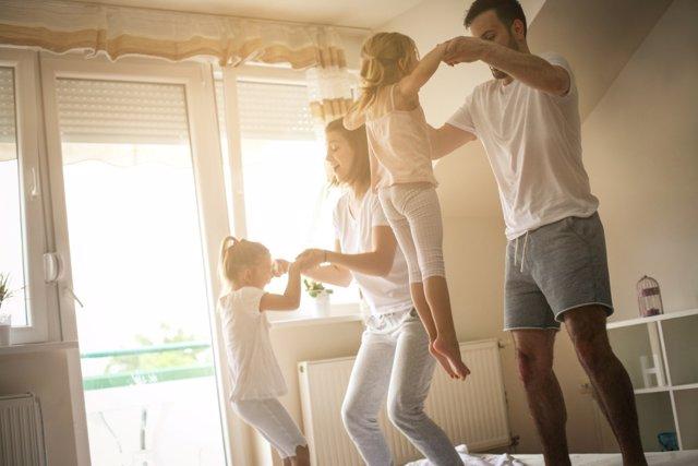 Jugar a saltar en familia