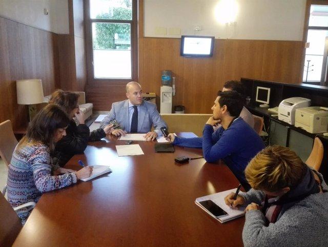 Julio Díaz informa a los medios tras la reunión de la comisión