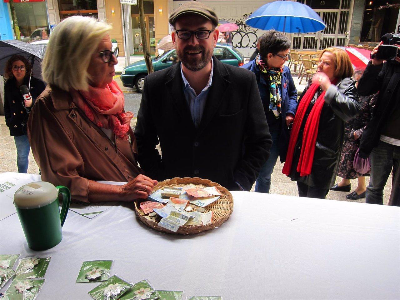 El alcalde de Santiago, Martiño Noriega, apoya la labor de la AECC