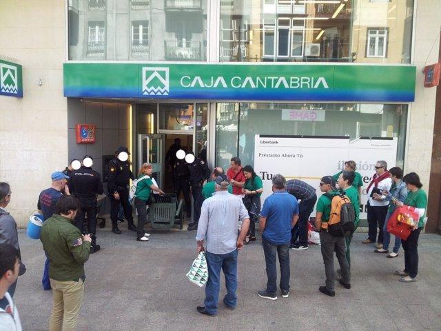 Acción de la PAH Santander en una oficina de Liberbank