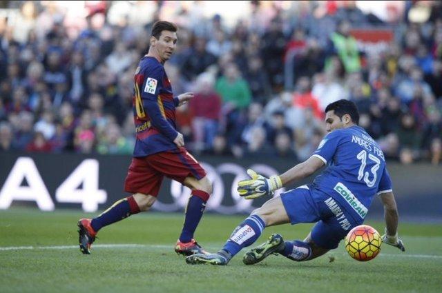 Leo Messi bate a Andrés Fernández
