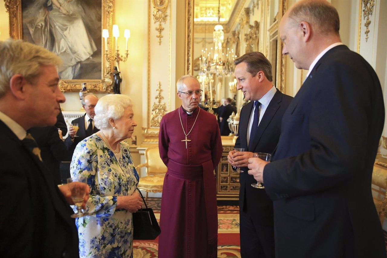 Cameron, Isabel II y el Arzobispo de Canterbury en el Palacio de Buckingham