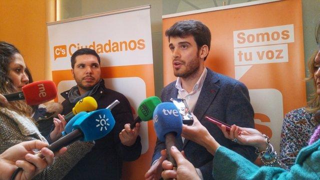 El concejal de Ciudadanos en el Ayuntamiento, Javier Moyano, ante los medios