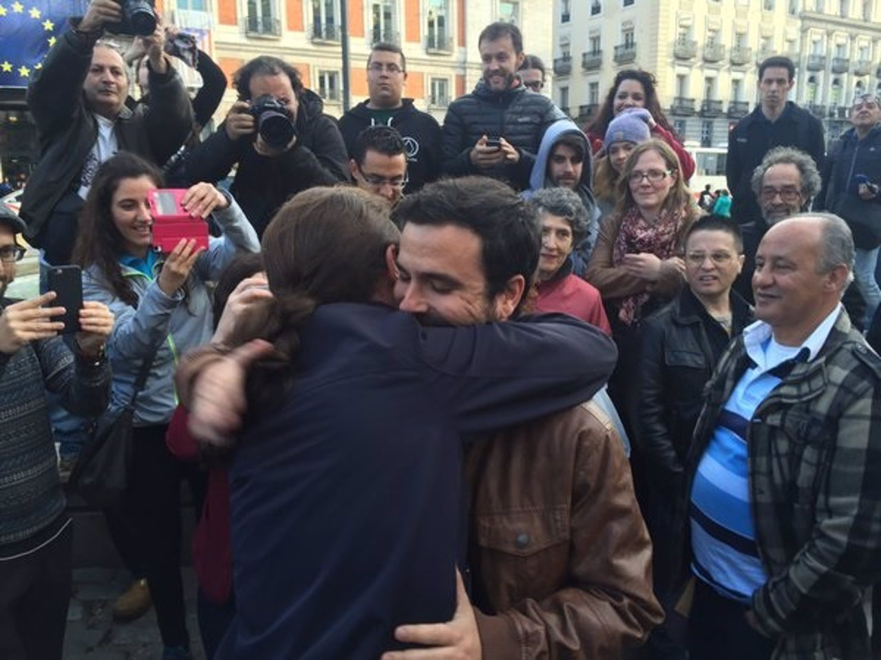 Iglesias y Garzón sellan el acuerdo entre Podemos e IU con una abrazo en Sol