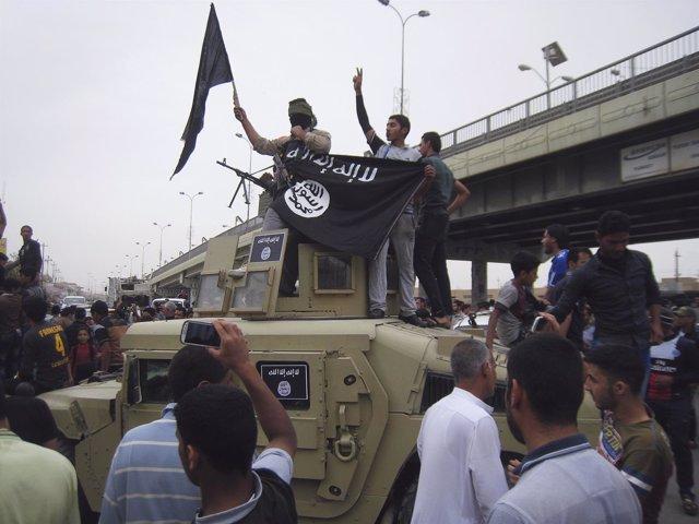 Milicianos de Estado Islámico celebran la toma de Faluya en marzo de 2014