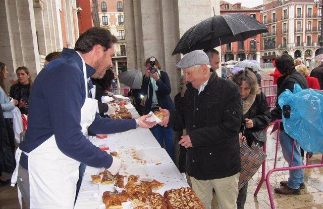 El alcalde de Valladolid, Óscar Puente, reparte una porción de dulce
