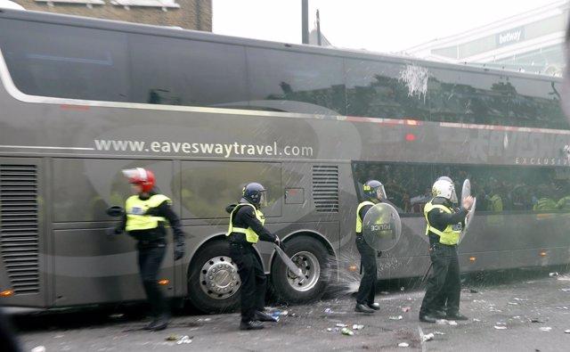 Autobús atacado del Manchester United por seguidores del West Ham