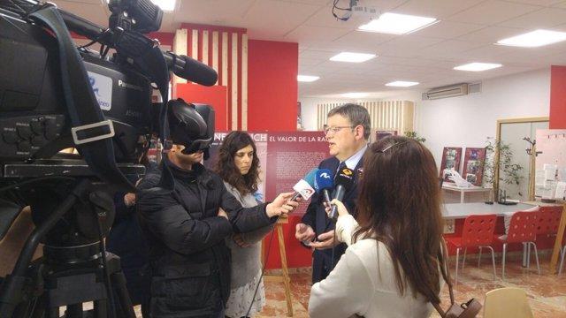 Ximo Puig atendiendo a los medios de comunicación