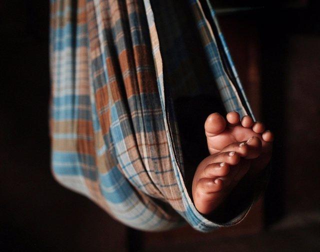 Un bebé indio de seis meses en una hamaca