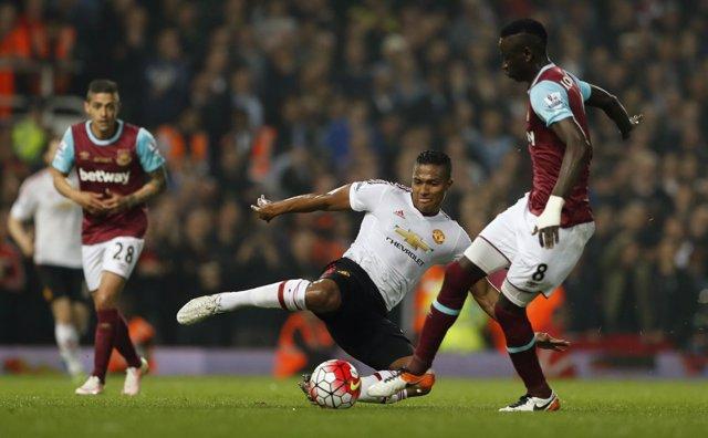Valencia, del Manchester United, pelea un balón ante el West Ham