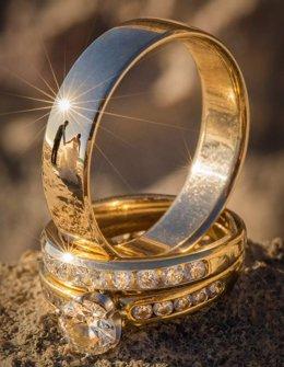 Fotógrafo de bodas captura el amor en el reflejo de los anillos