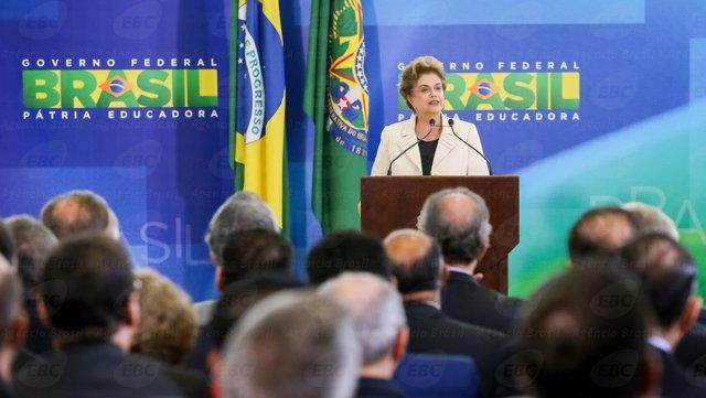 Dilma Rousseff durante la toma de posesión de nuevos ministros