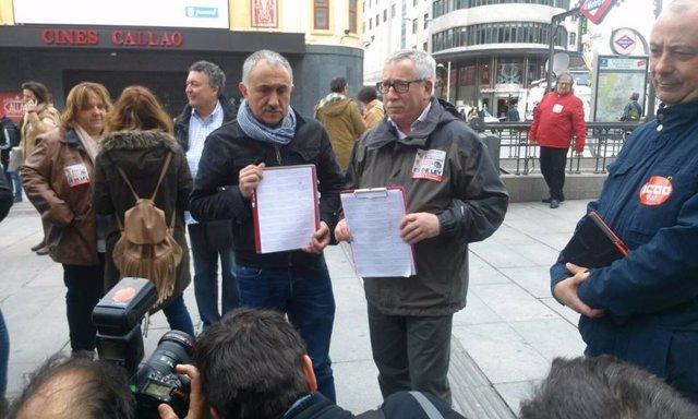 Toxo y Álvarez recogen firmas.