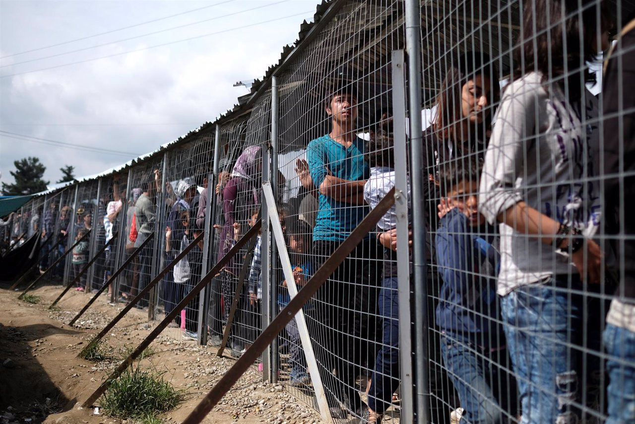 Refugiados esperan a recibir comida en Idomeni