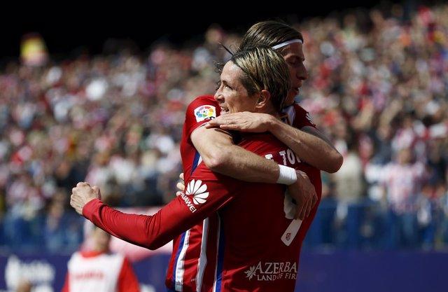 Fernando Torres y Filipe Luis celebran un gol en el Calderón