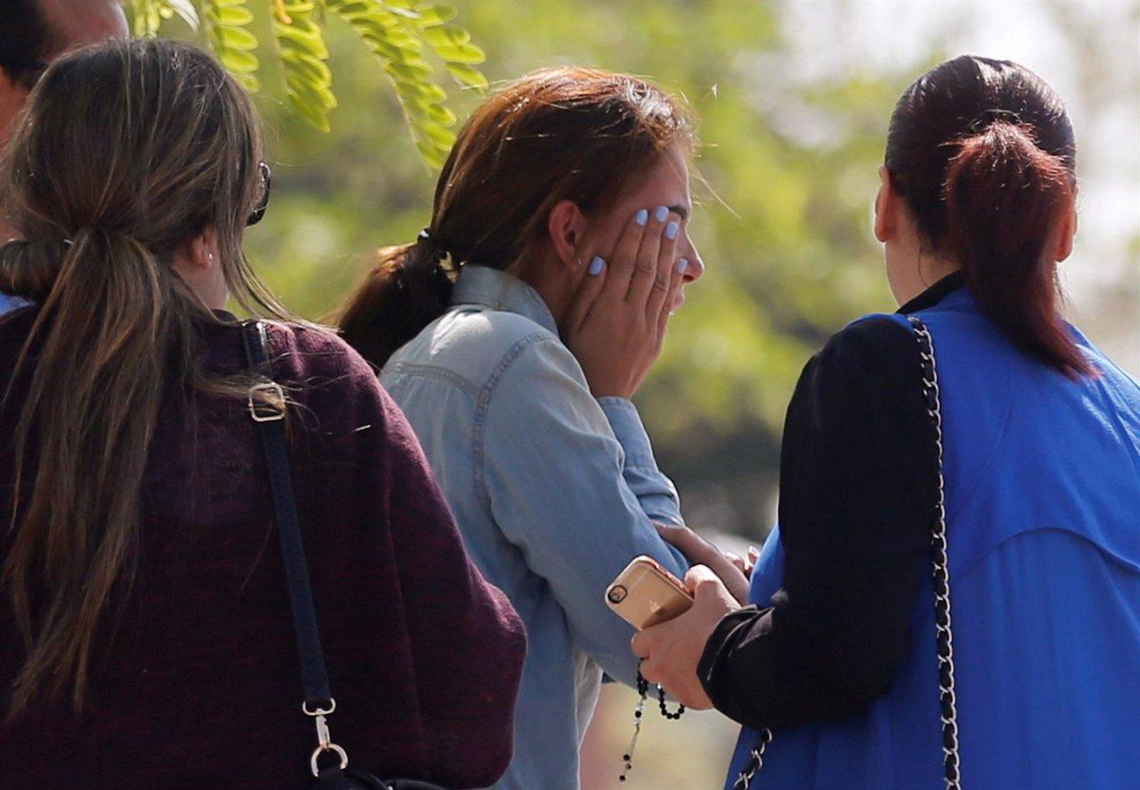 Familiares y amigos de los pasajeros del avión desaparecido de Egypt Air