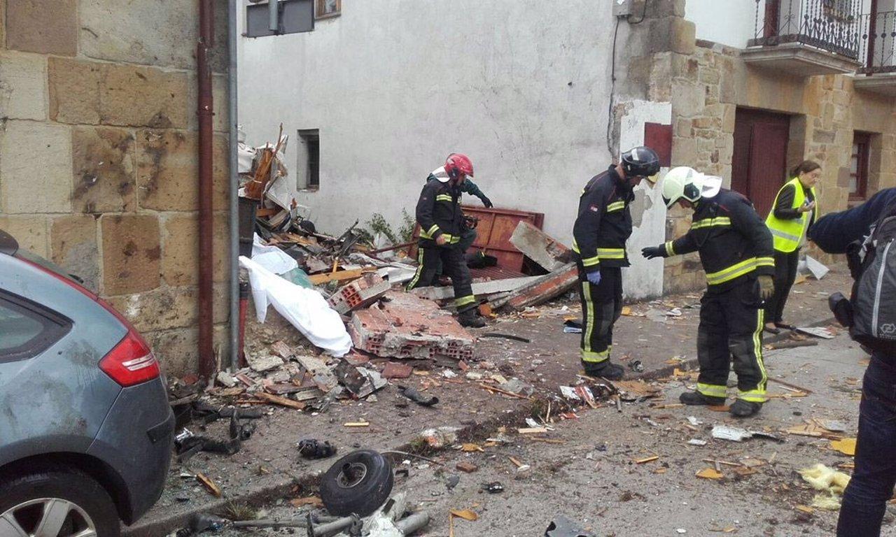 Los bomberos inspeccionan el lugar donde ha caído la avioneta