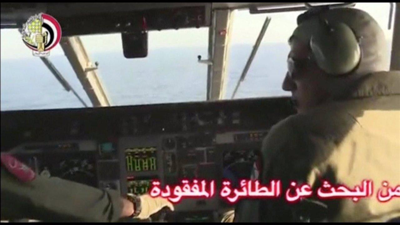 Pilotos en un avión de Egipto en las búsqueda de los restos del avión de Egypt A