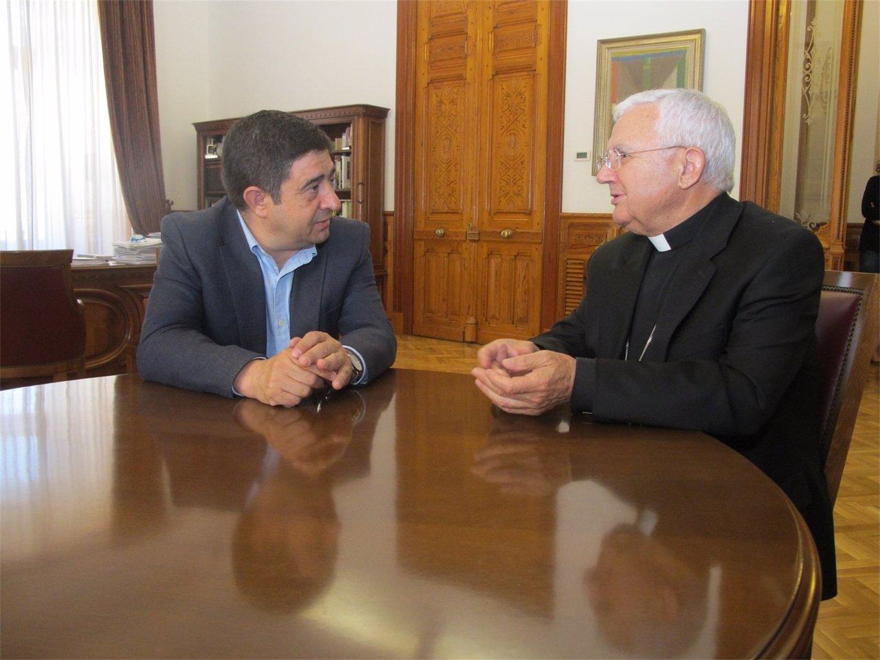 Francisco Reyes y Ramón del Hoyo mantienen un encuentro de despedida.