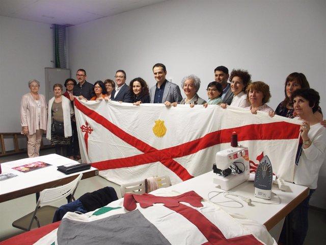 Imagen de la visita, con una de las banderas confeccionadas
