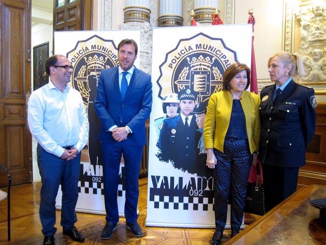 El alcalde (segundo por la izda) y la  Julia González (última por la dcha).