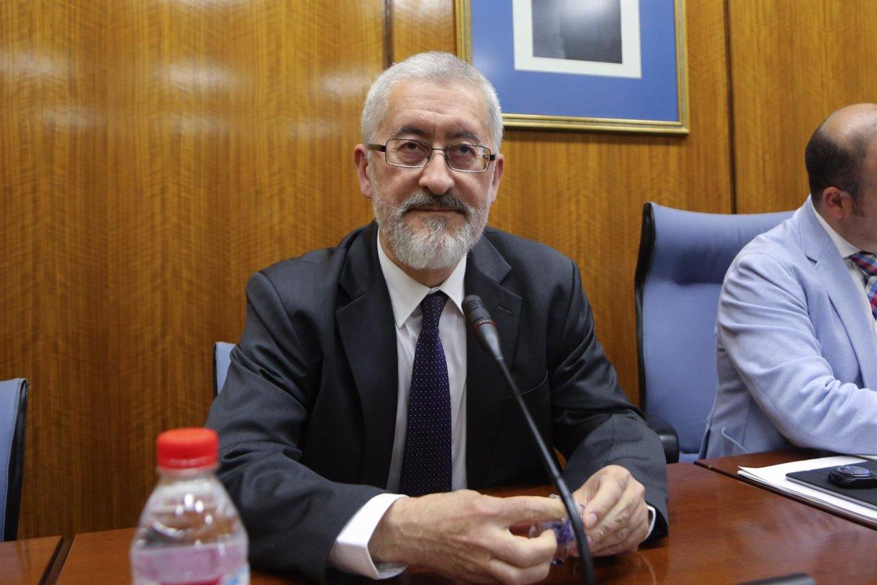 El exconsejero Antonio Ávila antes de comparecer en la comisión de investigación