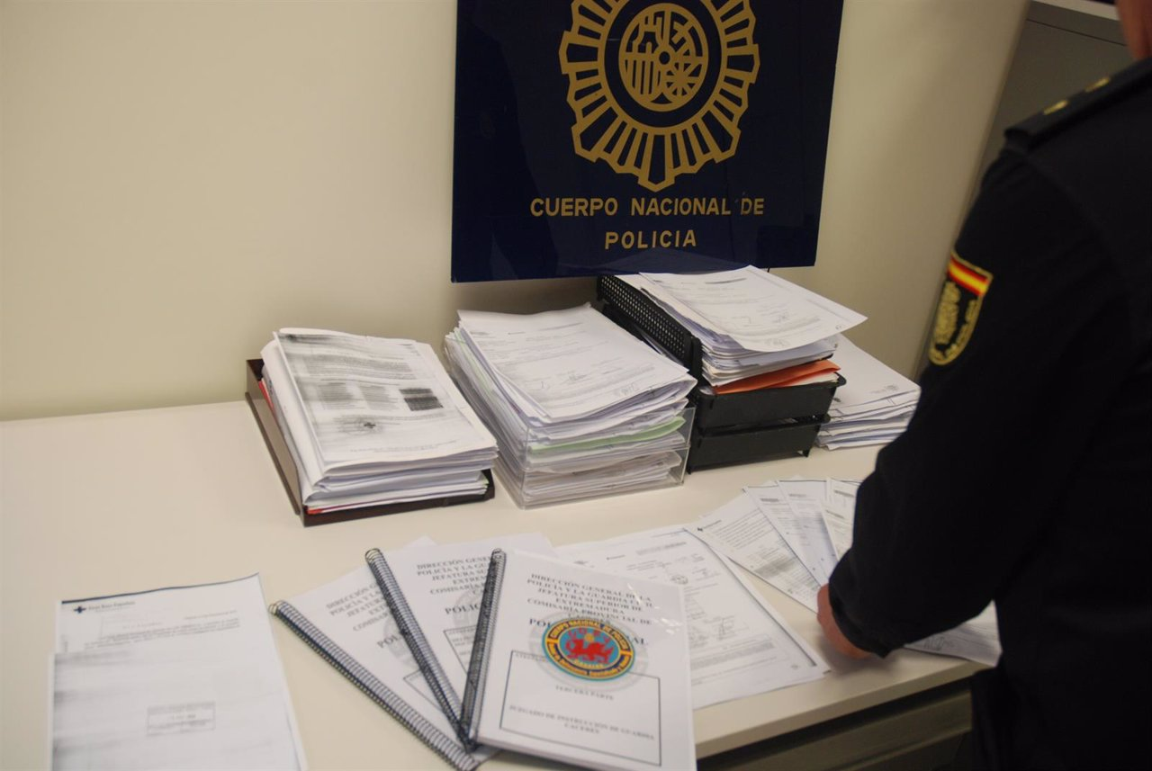 Policía Nacional Detiene A Tres Personas Por Estafar 15.815 € A Cruz Roja De Các