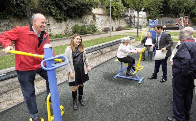 Aparatos de ejercicios en un parque