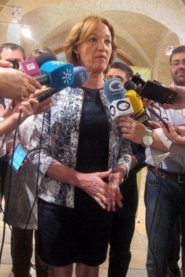 La consejera de Agricultura de la Junta, Carmen Ortiz, atiende a los periodistas