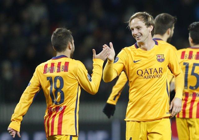 Ivan Rakitic celebra un gol con Jordi Alba