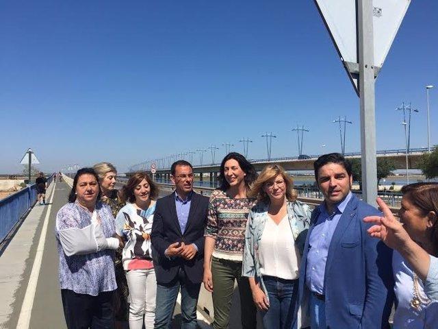 La candidata al Senado por Huelva, Dolores López, en el puente del Odiel.