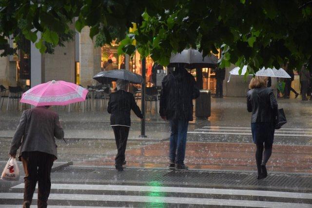 Lluvia en Zaragoza, paraguas, precipitaciones, tormenta